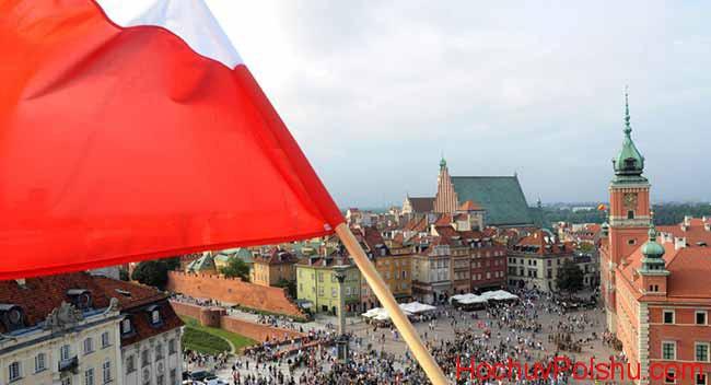 польский флаг над площадью