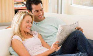 семейная пара читает газету