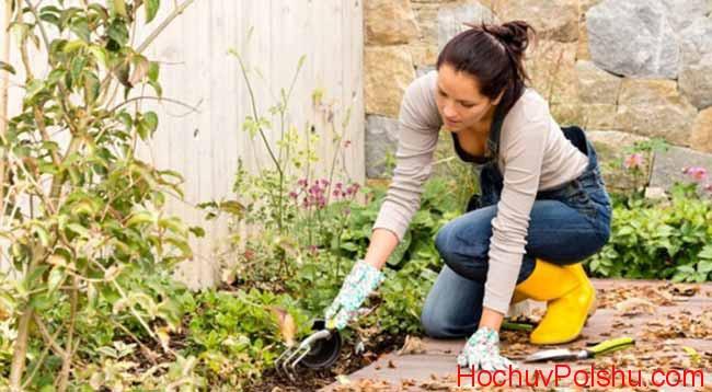 девушка ухаживает за растениями в саду