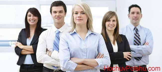 группа людей в деловых костюмах