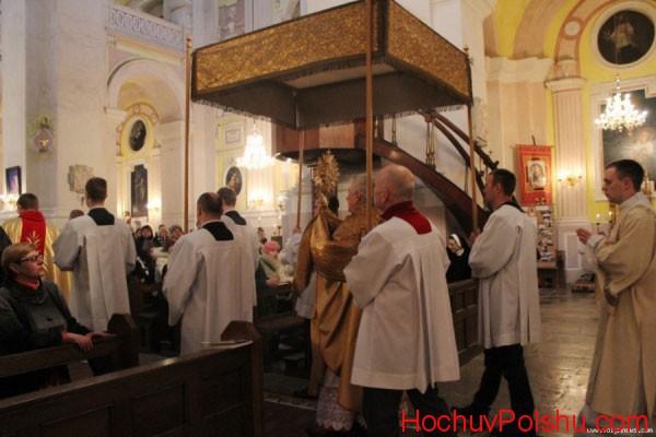 Уночі перед неділею у храмах розпочинають літургію