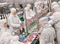 Сотрудницы мясокомбинатов